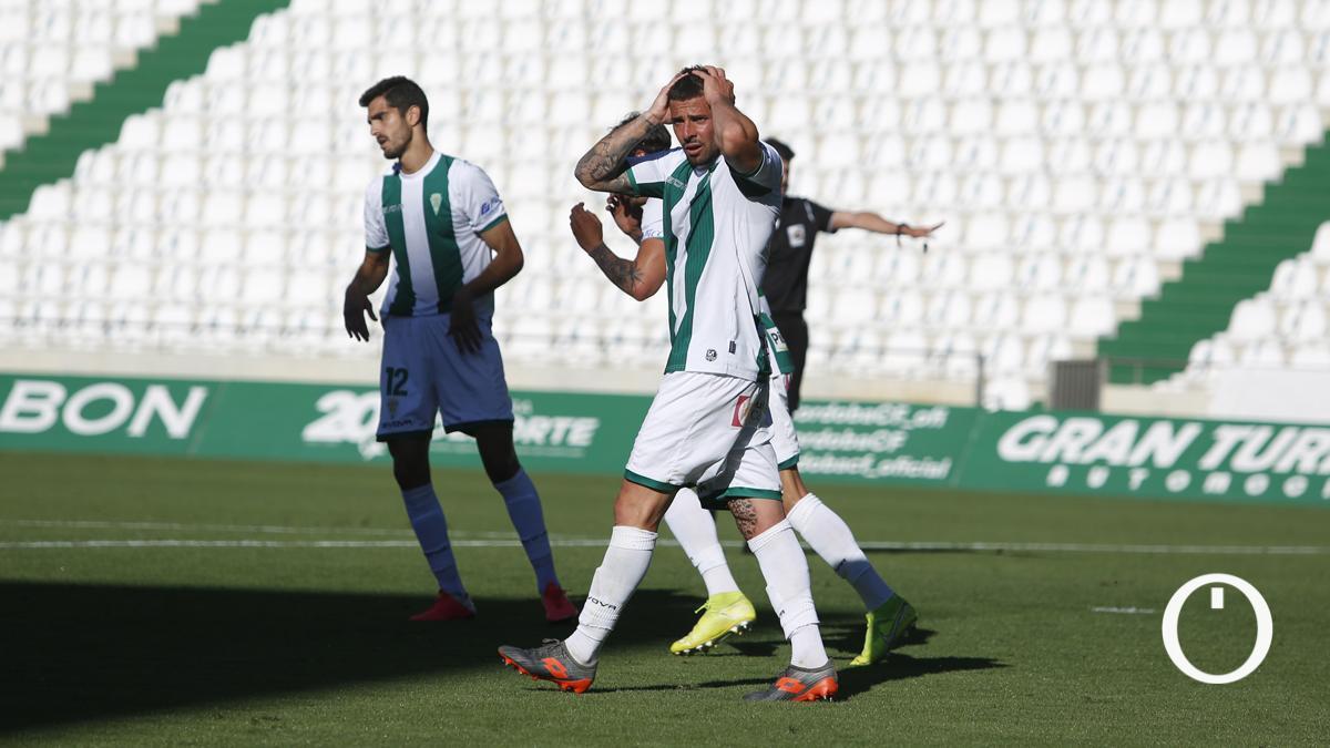 Xavi Molina y Bernardo lamentan una ocasión perdida.