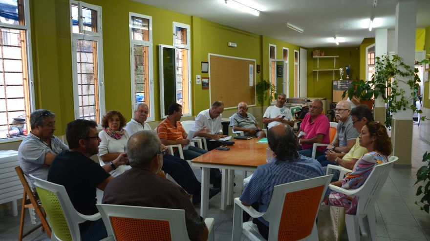 Reunión vecinal para tratar los riesgos de derrumbe en El Confital
