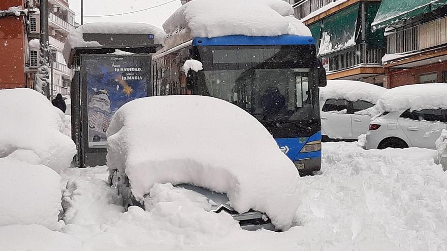 Autobús atascado por la nieve en una calle de Madrid