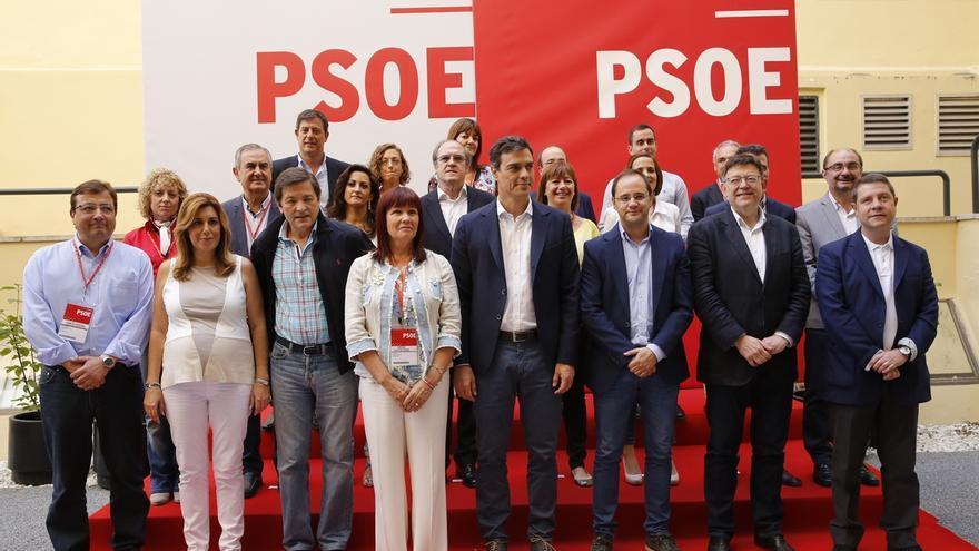 Pedro Sánchez junto a la presidenta del PSOE, su número dos, y los barones