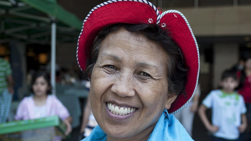 Gemma Justo, trabajadora doméstica filipina y activista, muestra la bolsa del Congreso Fundacional de la Red Internacional de las Trabajadoras Domésticas | Fotografía: Oriol Andrés Gallart