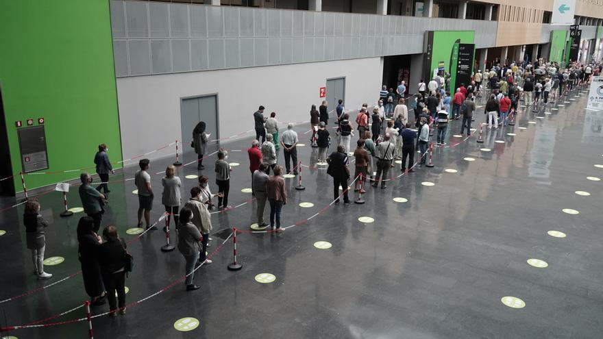 Archivo - Varias personas hacen cola para recibir la vacuna contra el Covid-19 en el Bilbao Exhibition Center (BEC) de Barakaldo