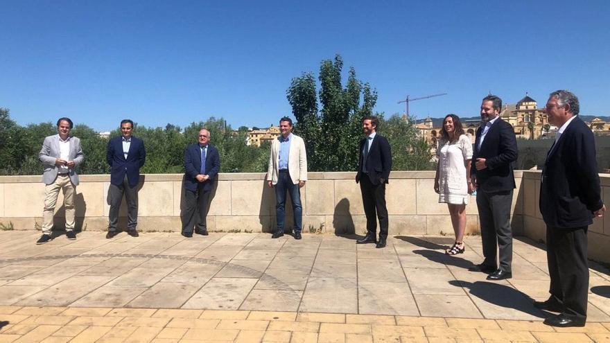 Pablo Casado con parte de los asistentes a la jornada de preparación en Córdoba para la Convención del PP en otoño con el título 'Independencia judicial y regeneración institucional'.