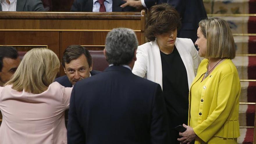 Soraya Sáez de Santamaría conversa con la portavoz de Coalición canaria Ana Oramas