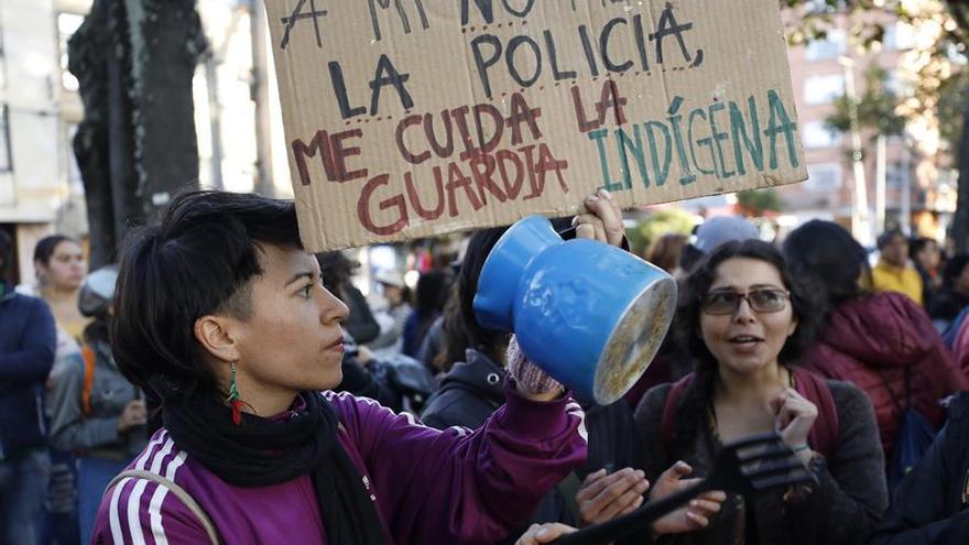 """Ciudadanos se manifiestan el pasado domingo en Bogotá (Colombia). Al menos un millar de personas se sumaron al """"Cacerolazo Latinoamericano"""" por los derechos humanos, protesta que estuvo liderada por al menos 150 guardias indígenas."""