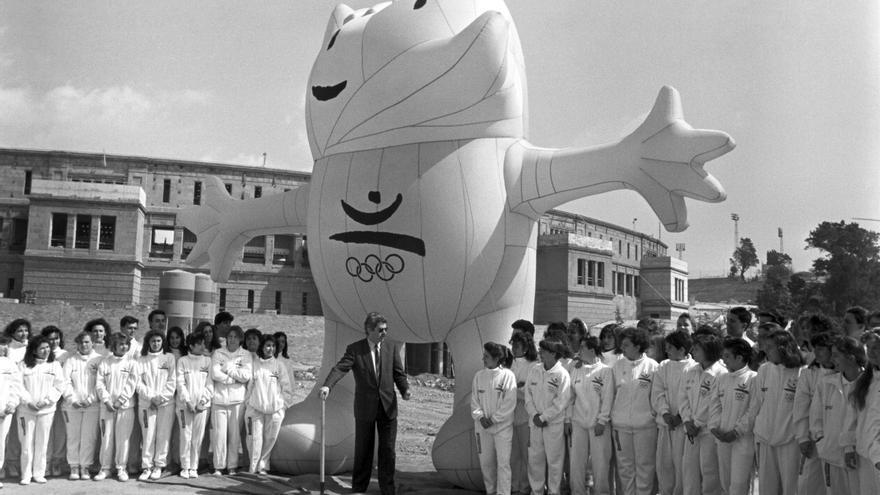 Maragall, junto a los voluntarios olímpicos y la mascota Cobi