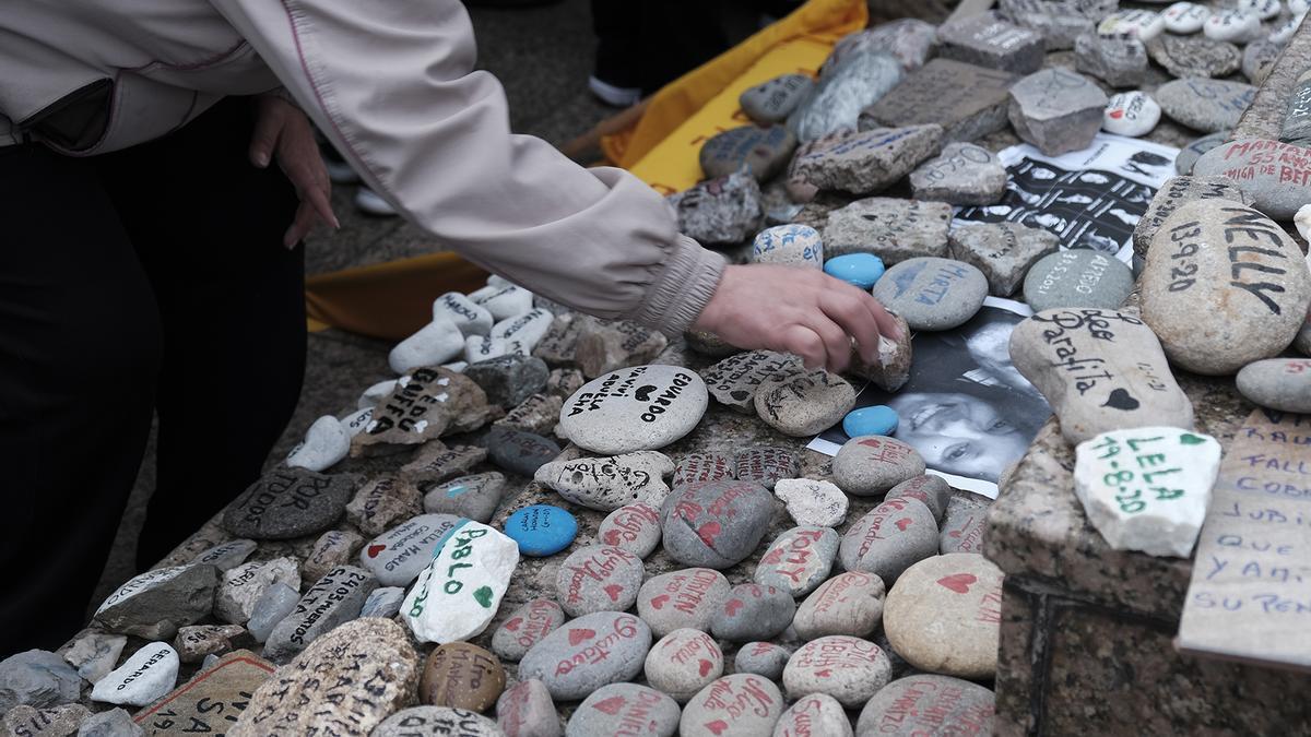Las piedras llevaban escritos los nombres de fallecidos por Covid-19