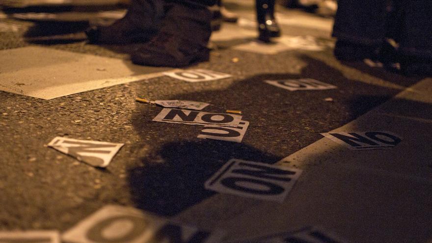 Centenares de papeles con un NO escrito, que se han tirado al aire durante toda la concentración, partida en dos a ambos extremos de la calle Génova / Álvaro Minguito