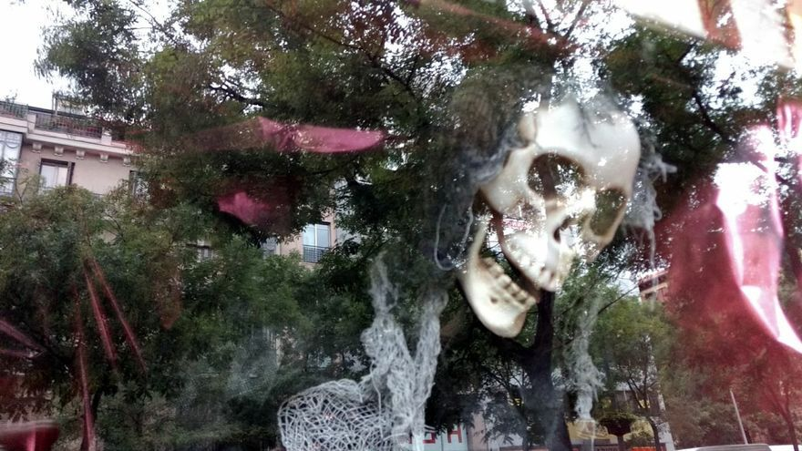 Decoración de Halloween en un escaparate de la calle Fuencarral   SOMOS CHAMBERÍ