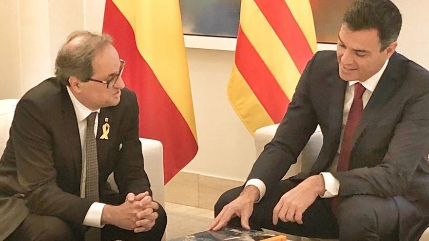 Pedro Sánchez recibe sonriente a Quim Torra en lo alto de la escalinata del Palacio de la Moncloa