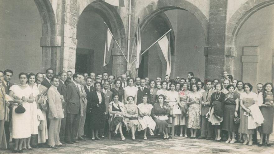 Asistentes a una de las primeras ediciones de la UIMP, cuyos cursos se celebraban no en La Magdalena sino en el antiguo Hospital de San Rafael. | MARIO CORRAL