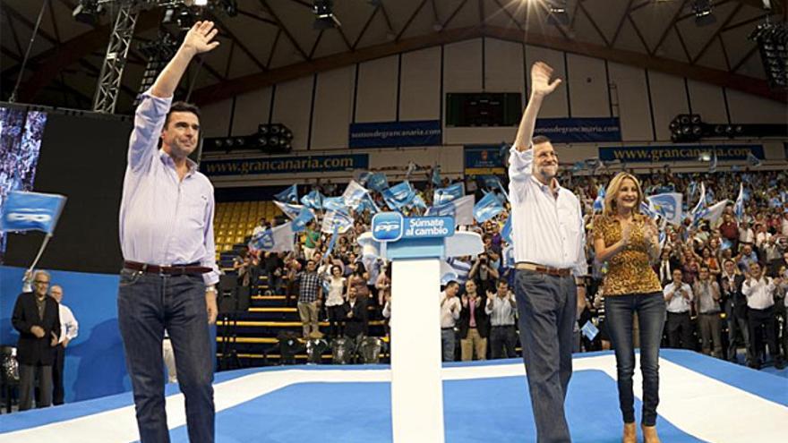 Mariano Rajoy, José Manuel Soria y María Australia Navarro durante un mitin celebrado en Las Palmas de Gran Canaria en 2011.  EFE