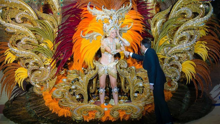 La Reina del Carnaval 2017 recibe su cetro de manos del alcalde de Santa Cruz