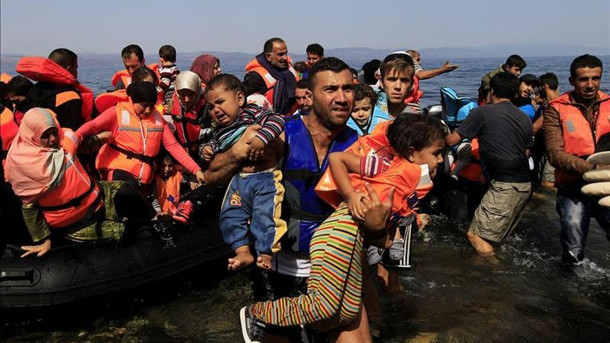 Un grupo de personas refugiadas desembarcan en las costas de Grecia