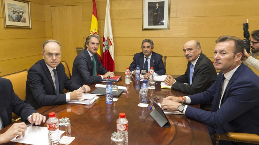 Reunión entre Revilla y De la Serna en la sede del Gobierno de Cantabria. | MIGUEL LÓPEZ