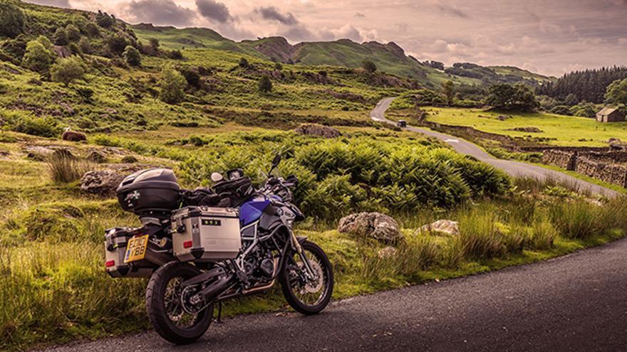 Una carretera vacía en medio de la naturaleza, el paraíso de todo motorista amante de los viajes.
