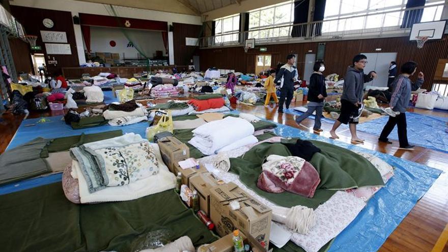 Más de 10.000 personas continúan evacuadas un mes después de seísmos de Japón