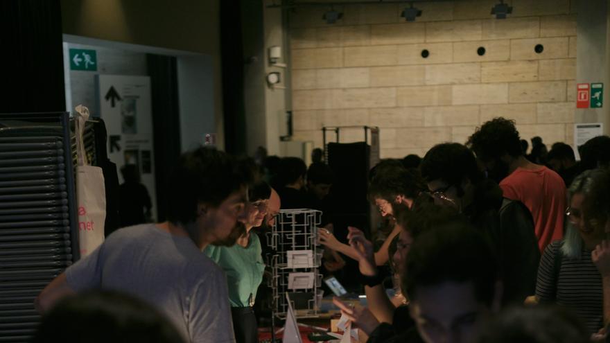 Compradores y vendedores trapicheando en la primera edición del Internet Yami-Ichi de Barcelona