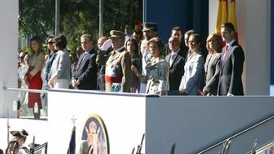 Los Reyes presiden un desfile con nuevo formato en que el Zapatero vuelve a ser abucheado