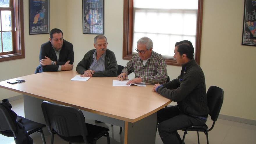 En la imagen, acto de firma del convenio para poner en marcha la Casa de la Miel de Tijarafe.