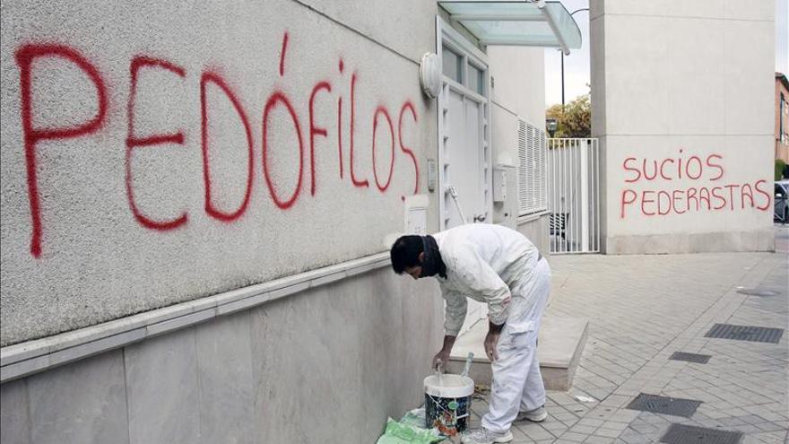 Aparecen pintadas con acusaciones de pedofilia en parroquia de cura detenido