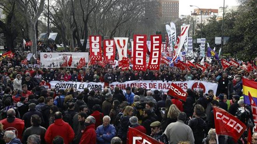 Miles de personas secundan las manifestaciones convocadas por la Cumbre Social / Foto: EFE