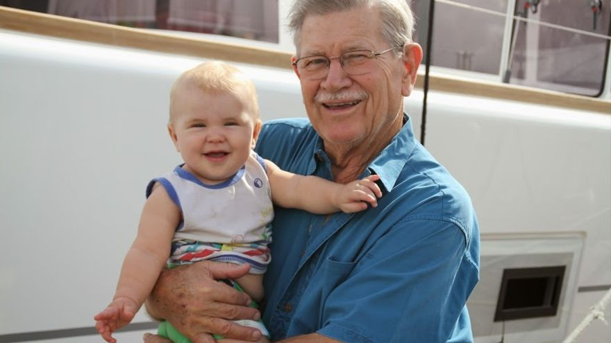 Kai (8 meses) y Jerry (84 años), tripulantes de 'Makena' (USA) © WCC / Joao Buraca