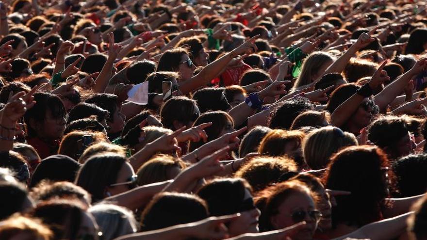 """Mujeres participan en la intervención feminista """"Un violador en tu camino"""" este miércoles frente al Estadio Nacional en Santiago (Chile)."""
