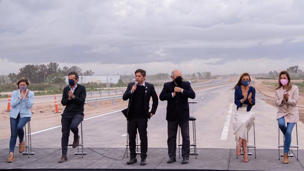 El gobernador habla en la inauguración de la obra, durante el temporal de viento.