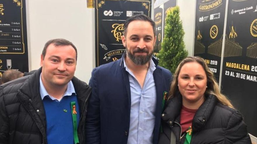 El exdiputado David Muñoz y su mujer María Ángeles Escribano posan en Castelló con el líder de Vox Santiago Abascal.