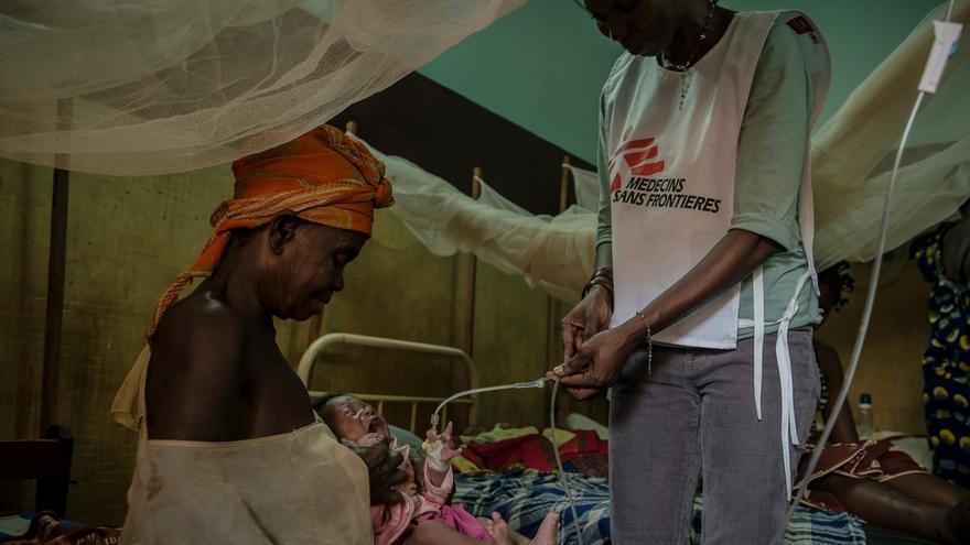 Mother and malnourished child at  Berberati Regional University Hospital Madre con su hijo desnutrido en el Hospital Regional de Berberati