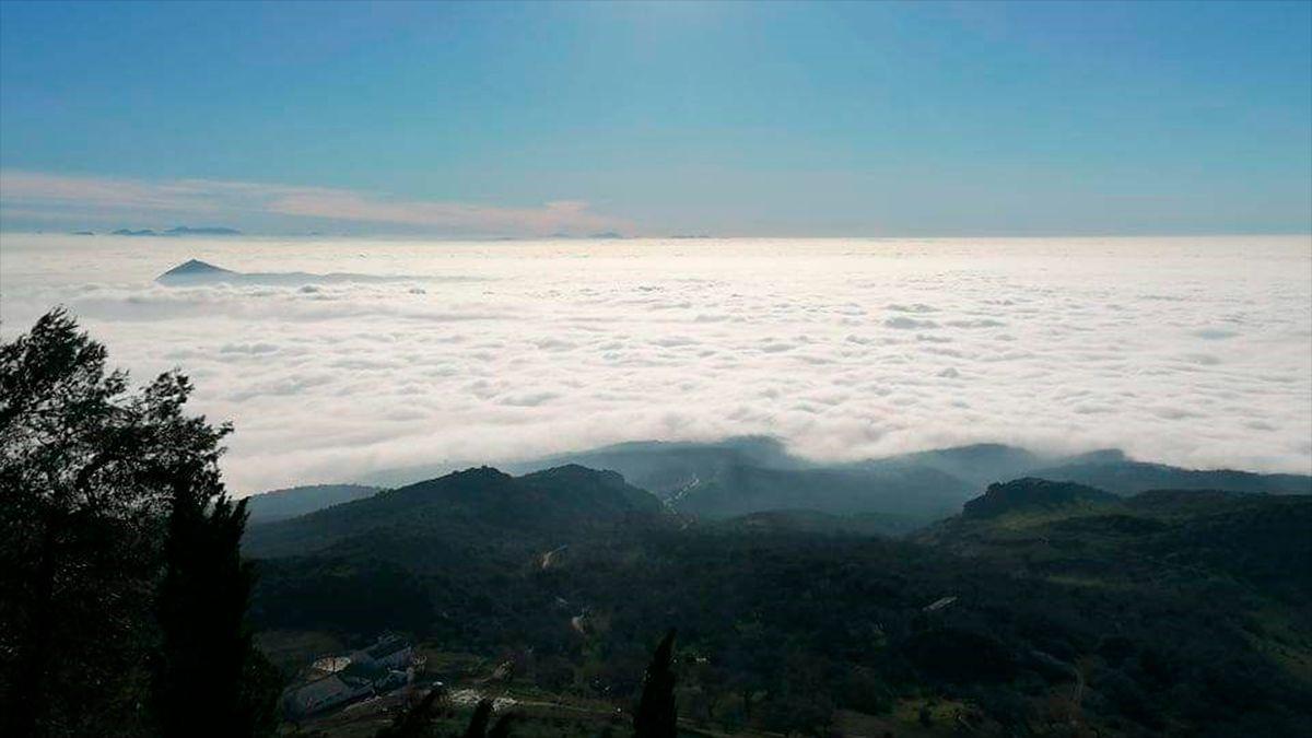 Imagen de la niebla en la provincia de Córdoba desde la ermita de Cabra.