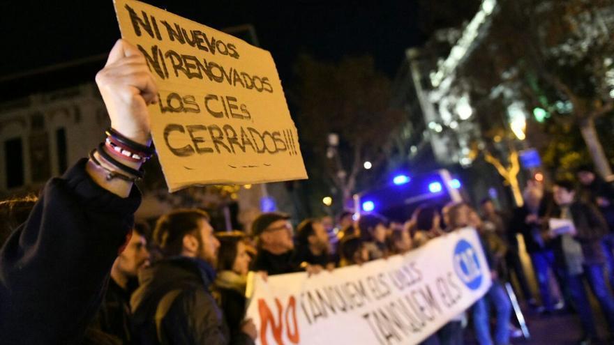 Decenas de personas han clamado contra los CIE en Barcelona