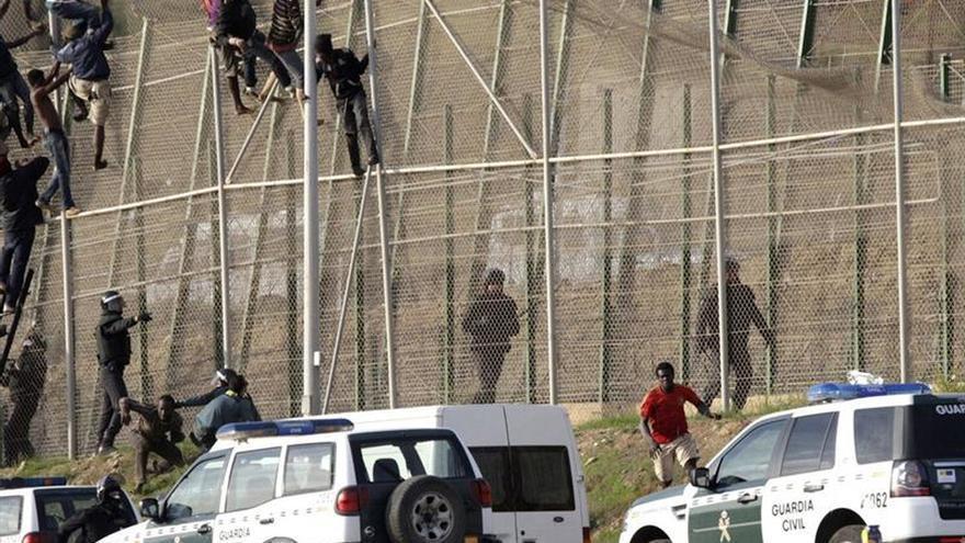 La Guardia Civil y Marruecos impiden que más de 200 inmigrantes salten la valla