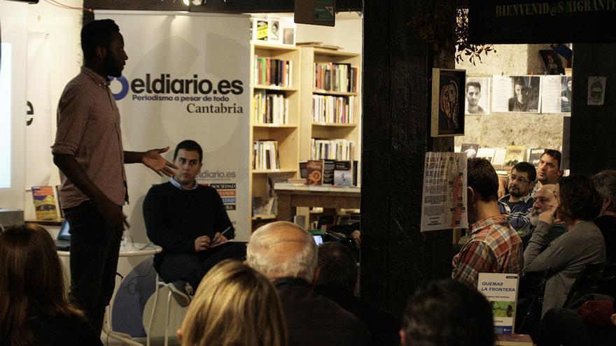 Un momento del encuentro con Moha Gerehou en la Librería La Vorágine.   ANDRÉS HERMOSA