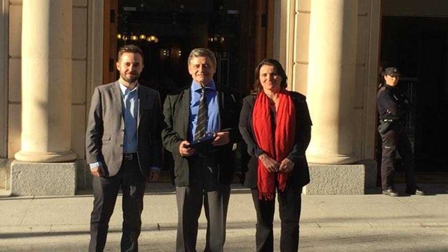 Representantes de la Fundación Arquitectura Contemporánea, con el galardón.