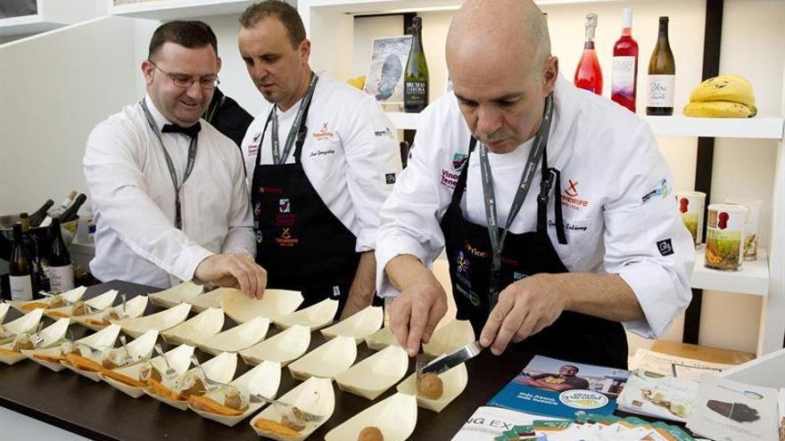 Cocineros tinerfeños preparan tapas con alimentos locales