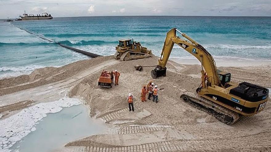 Operarios realizando labores de ampliación de una playa.