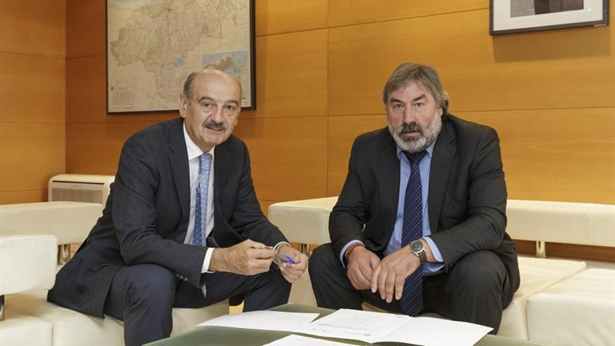 El consejero de Obras Públicas y Vivienda, José María Mazón,en su reunión con el alcalde de Valderredible, Fernando Fernández.
