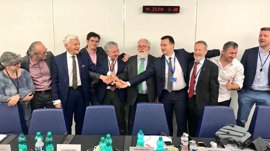 El comisario europeo Arias Cañete celebra el acuerdo alcanzado esta madrugada.