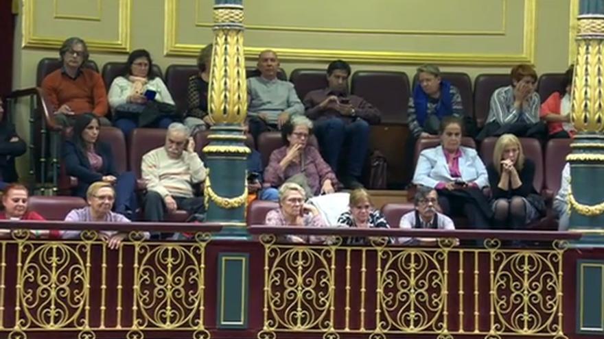 Víctimas de la trama de bebés robados por el franquismo, en el Congreso.