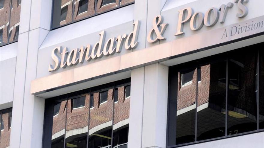 """S&P rebaja a negativa la perspectiva de los bancos británicos por el """"brexit"""""""