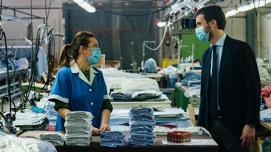 Casado, este viernes, durante su visita a una fábrica textil de Villaconejos (Madrid).