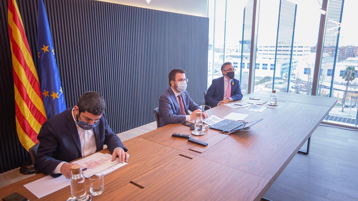 El vicepresident del Govern, Pere Aragonès (c) y los consellers de Empresa, Ramon Tremosa (d) y de Trabajo, Chakir El Homrani (i)