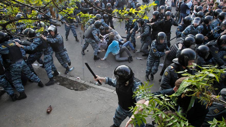 Antidisturbios rusos reprimen a los manifestantes en el centro de Moscú, 2012 © REUTERS/Denis Sinyakov