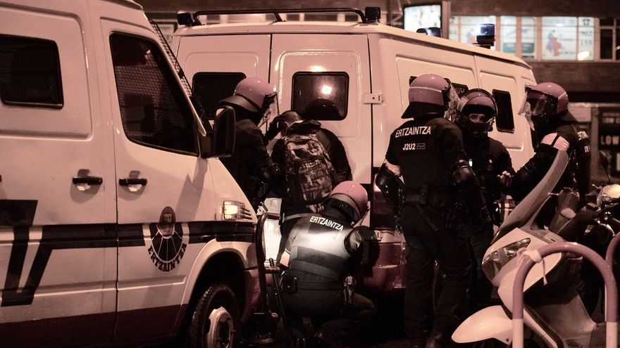 Un total de 22 los detenidos durante una protesta por el mitin de Vox, con al menos dos ertzainas heridos