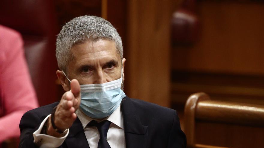 El ministro de Interior, Fernando Grande-Marlaska, señala con la mano durante una sesión de control en el Congreso