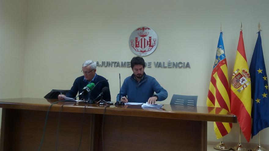 El alcalde, Joan Ribó, y el concejal de participación e innovación, Jordi Peris, durante la rueda de prensa