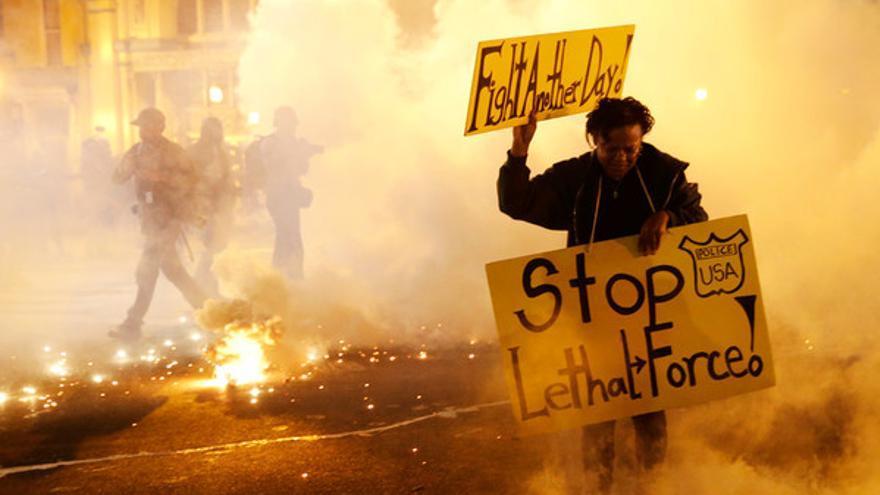 Gases lacrimógenos en una manifestación en Baltimore por la muerte del joven negro Freddie Gray bajo custodia policial © Press Association/AP Photo/Patrick Semansky