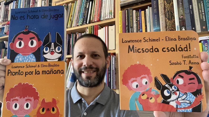 Lawrence Schimel con los títulos originales en castellano (Editorial Egales) y el cuento en húngaro que fusiona ambos